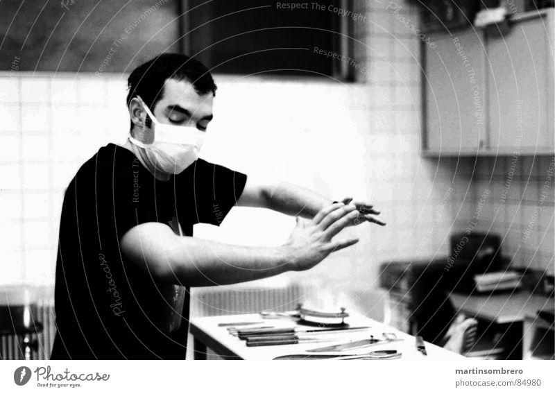 Maestro Mann Denken Hand Mundschutz weiß liegen Fenster geschlossen Tisch Nervosität ernst Innenaufnahme Medien zeigen Interpretation Maske