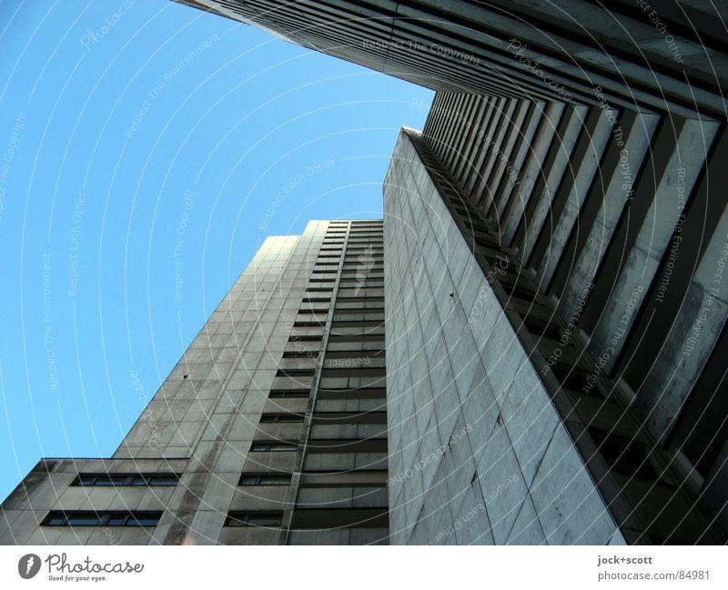IDEAL Einsamkeit dunkel kalt Leben Traurigkeit grau außergewöhnlich Kunst Fassade trist modern hoch Beton Sehnsucht Wolkenloser Himmel Wohnhochhaus