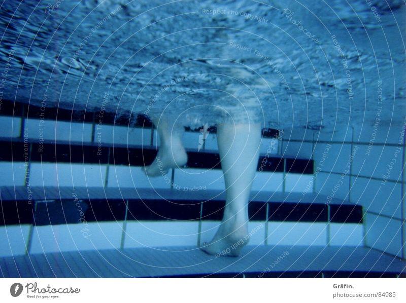 Wassertreten Sommer schwarz Sport Fuß Beine gehen hoch Treppe Schwimmbad blasen kommen Oberfläche schreiten