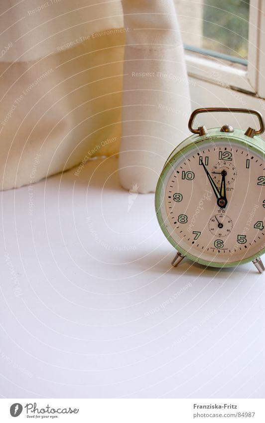 fünf vor zwölf Fenster Technik & Technologie Uhr türkis Vorhang Fensterscheibe Gardine beige Wecker Fensterbrett nerven Uhrenzeiger Elektrisches Gerät
