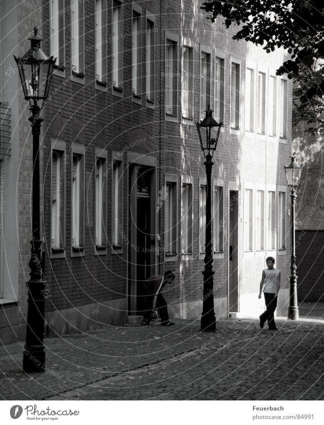 hinter Lambätes Schwarzweißfoto Außenaufnahme Schatten Kontrast Sonnenlicht Spielen Sommer Haus Mensch Freundschaft Kindheit Düsseldorf Altstadt Fassade