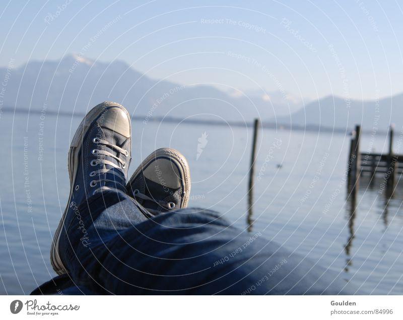 an einem sonntag im april Freude Ferien & Urlaub & Reisen ruhig Erholung Berge u. Gebirge See Schuhe Zufriedenheit Pause Freizeit & Hobby Steg Unbekümmertheit Unbeschwertheit Chiemsee faulenzen reibungslos