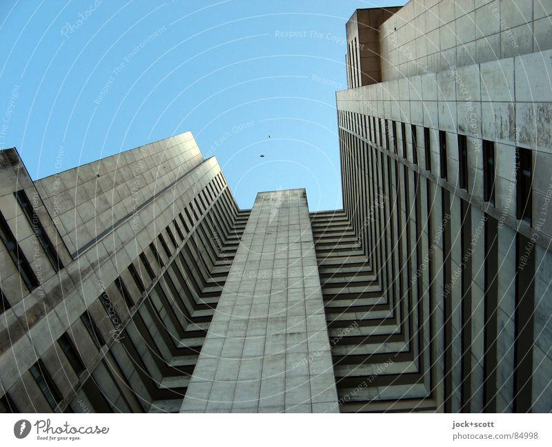 IDEAL (Bezirk Neukölln) Einsamkeit kalt Architektur Stil grau außergewöhnlich oben Fassade Häusliches Leben trist modern Perspektive hoch Beton Sehnsucht Wolkenloser Himmel