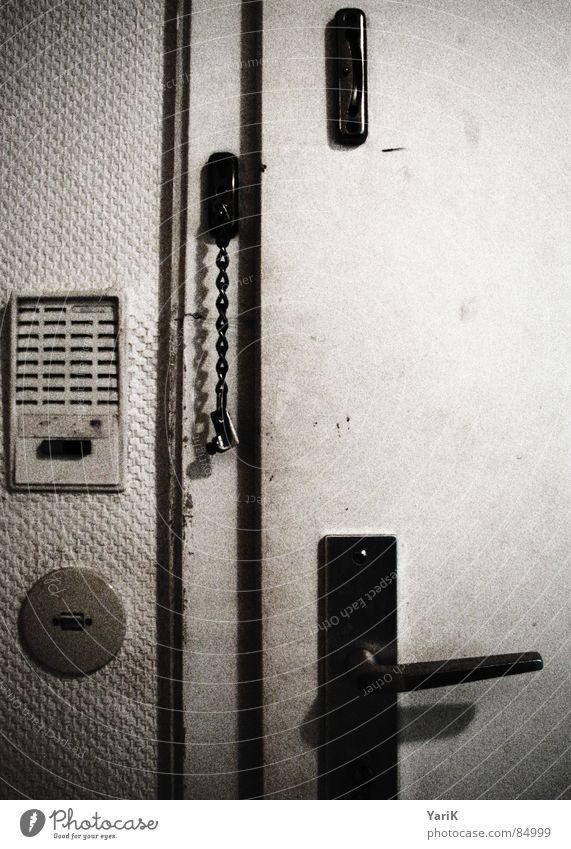 türschloss grau braun Tür dreckig Wohnung Sicherheit Schutz Burg oder Schloss Rost Kasten Kette Flur Schlüssel Griff schließen Schalter