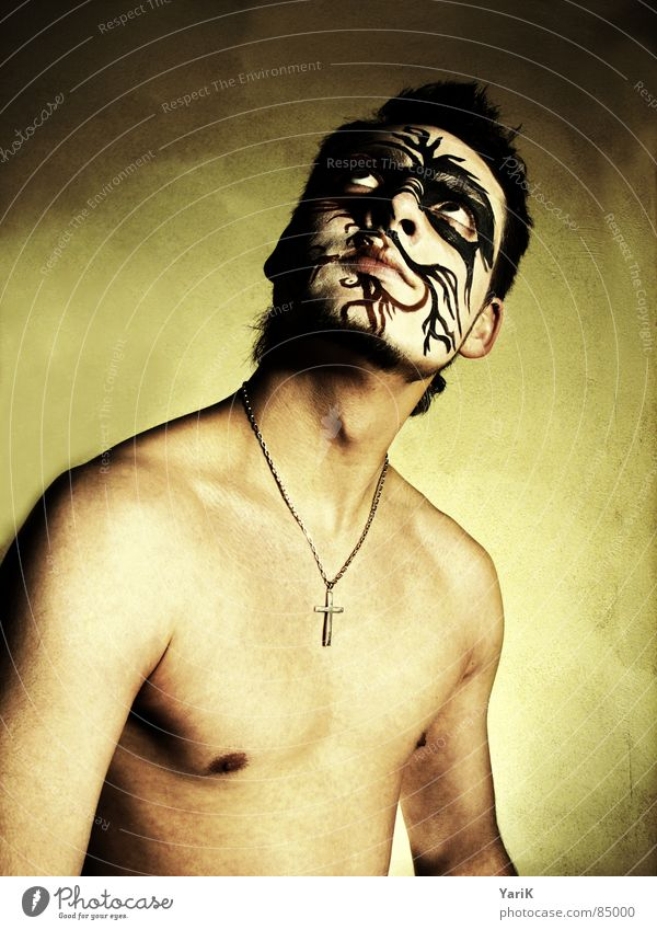 die maske I Körpermalerei Hexe Schlangenlinie Schminken geschminkt Tusche streichen angemalt Oberkörper maskulin braun dunkel grauenvoll geheimnisvoll