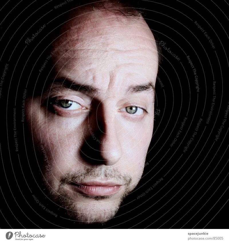 Portrait Porträt dunkel ernst schwarz Gesicht Junger Mann Freude Perspektive Nase