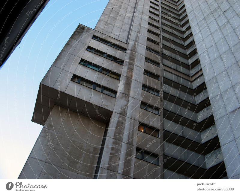 IDEAL Ausbau Einsamkeit dunkel kalt Architektur Gebäude grau außergewöhnlich oben Fassade trist modern hoch Zeichen Gelassenheit Wolkenloser Himmel Denkmal