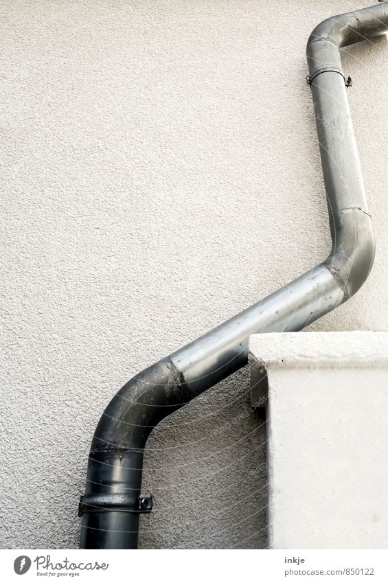 zickzack Menschenleer Gebäude Mauer Wand Fassade Regenrohr Wasserrohr Metall Zickzack außergewöhnlich hoch lang grau Idee innovativ Kreativität Problemlösung