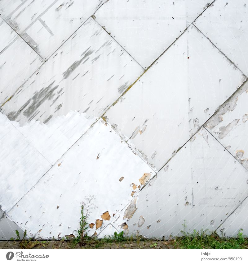 häßliches Fleckchen alt Stadt Umwelt Wand Mauer Linie Fassade kaputt Wandel & Veränderung Vergänglichkeit Neigung Verfall diagonal abblättern Plattenbau