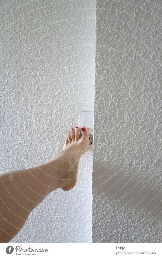 Licht einschalten. Lifestyle Stil Nagellack Lichtschalter Frau Erwachsene Leben Beine Fuß Frauenfuß 1 Mensch berühren machen außergewöhnlich sportlich Bewegung