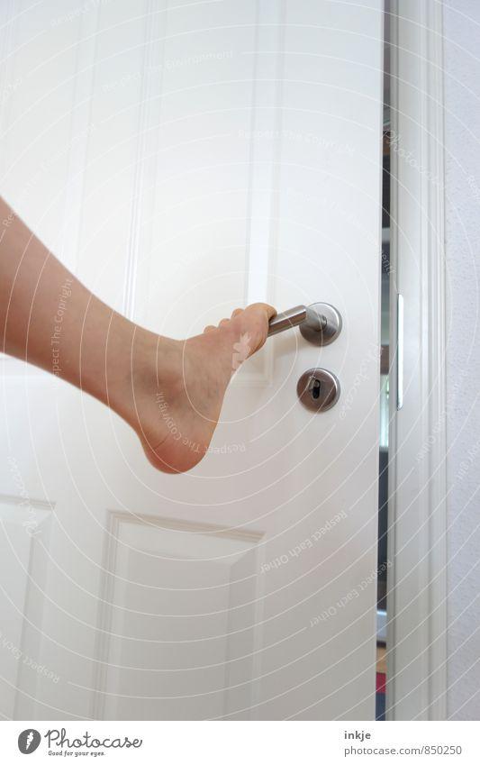 Türen öffnen Mensch Frau Erwachsene Leben Gefühle außergewöhnlich Fuß Lifestyle Häusliches Leben Tür Erfolg machen Mobilität Barfuß anstrengen greifen