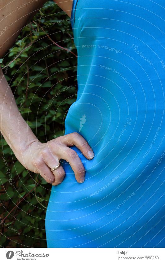 Frau blau Mensch Hand Erwachsene Leben Gefühle feminin Stil Stimmung Mode Körper stehen warten Kommunizieren Coolness