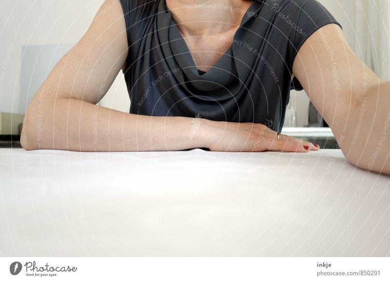 das Wesentliche ist für die Augen unsichtbar Lifestyle Stil Sitzung sprechen Frau Erwachsene Leben Körper Frauenoberkörper 1 Mensch 30-45 Jahre T-Shirt Top