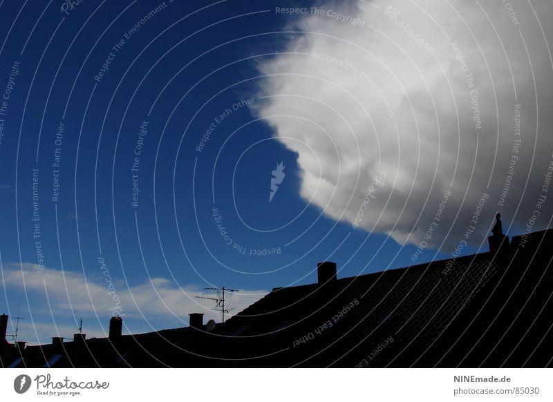 bedrohlicher Wattebausch I Himmel weiß blau schwarz Wolken grau Wetter Dach weich bedrohlich Handwerk Gewitter Unwetter Schornstein Antenne himmelblau