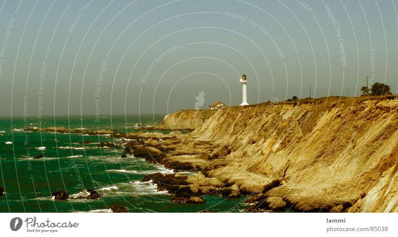lighthouse Felsen Leuchtturm Meer Klippe Wellen Brandung Leidenschaft Schifffahrt Segeln gefährlich Flutlicht Wasserstraße unruhig Felsvorsprung Seeufer USA