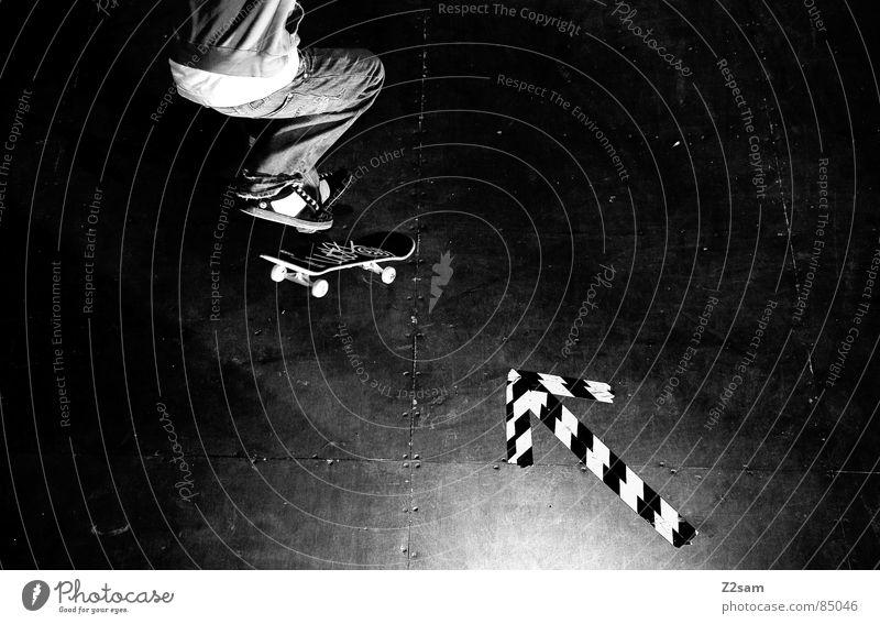 arrow - shove it Sport springen Stil Bewegung Holz glänzend fliegen Perspektive Aktion Pfeil Skateboarding sportlich lässig Rolle ziehen gestreift