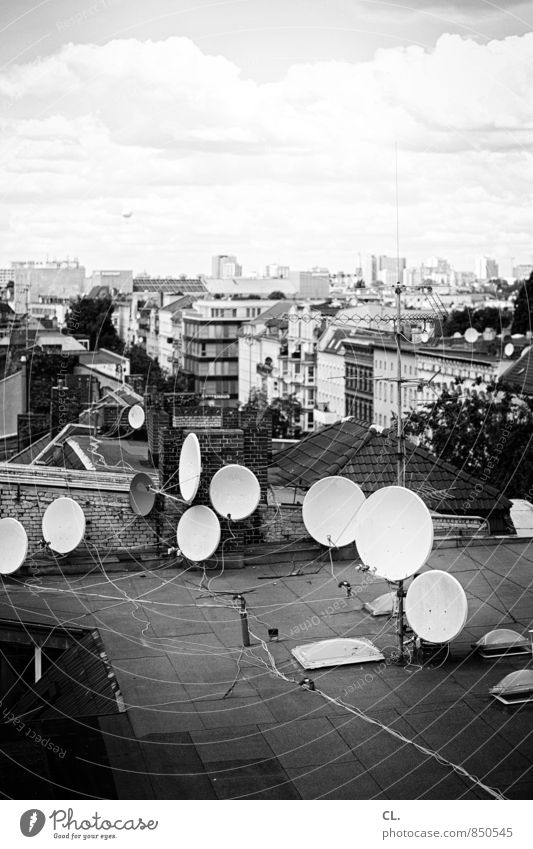 über den dächern von berlin Kabel Satellitenantenne Umwelt Himmel Wolken Berlin Stadt Hauptstadt Haus Dach Ballone trist chaotisch Fortschritt