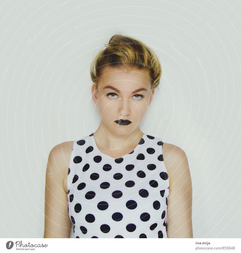 junge Frau mit gepunktetem Oberteil Lifestyle Stil schön Lippenstift Mensch feminin Junge Frau Jugendliche Erwachsene 1 13-18 Jahre Kind 18-30 Jahre Mode