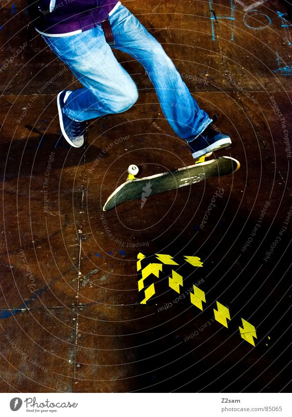 arrow - 360 Flip 4c II gelb Farbe Sport Junge springen Stil Bewegung Holz Aktion Jeanshose Bodenbelag Pfeil Skateboarding Richtung Dynamik sportlich