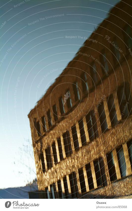 mein erstes Pfützenbild Industrieanlage Fenster Fassade Raster himmelblau Mauer Backstein Haus Fensterscheibe Fensterbrett Industriebetrieb Fenstersims