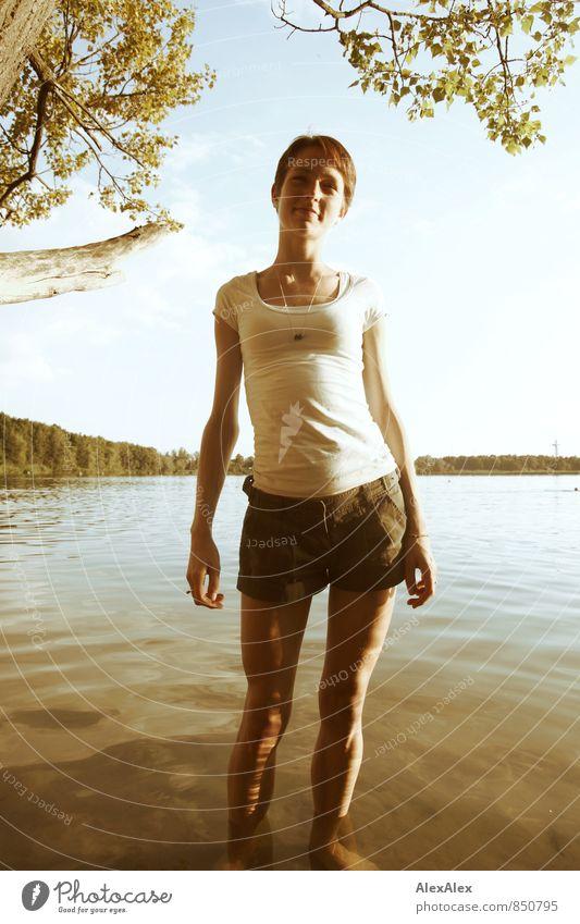 Das Wasser ist warm! Jugendliche alt schön Sommer Junge Frau Landschaft 18-30 Jahre Erwachsene feminin Körper elegant Idylle stehen groß Fröhlichkeit ästhetisch