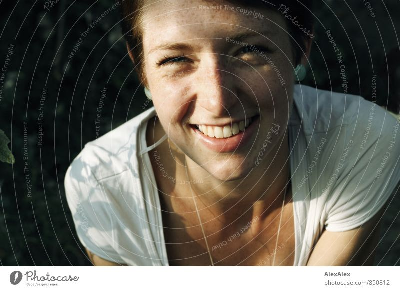 junge, sommersprossige Frau lacht in die Kamera Freude Glück Junge Frau Jugendliche Gesicht Sommersprossen 18-30 Jahre Erwachsene Natur Schönes Wetter Wald