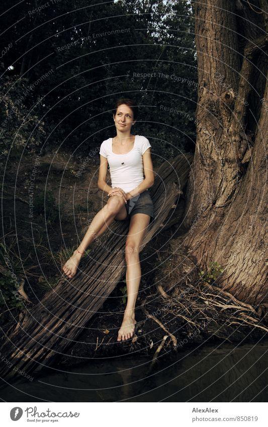 Die schöne Carolin Jugendliche Wasser Baum Junge Frau 18-30 Jahre Wald Erwachsene feminin Glück See Beine Fuß träumen Idylle sitzen