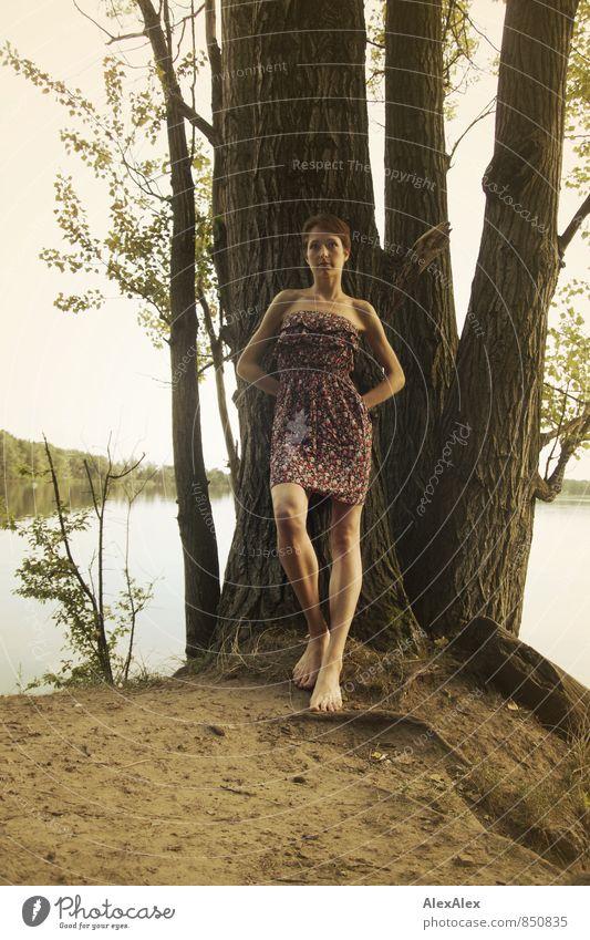 groß Ausflug Abenteuer Junge Frau Jugendliche Körper Beine Barfuß 18-30 Jahre Erwachsene Natur Sommer Baum Seeufer Sommerkleid brünett kurzhaarig stehen