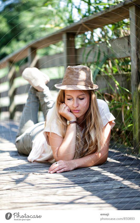 Erinnerungen an den Sommer Mensch Natur Jugendliche schön Sommer Junge Frau 18-30 Jahre Erwachsene feminin natürlich liegen nachdenklich Hut abstützen