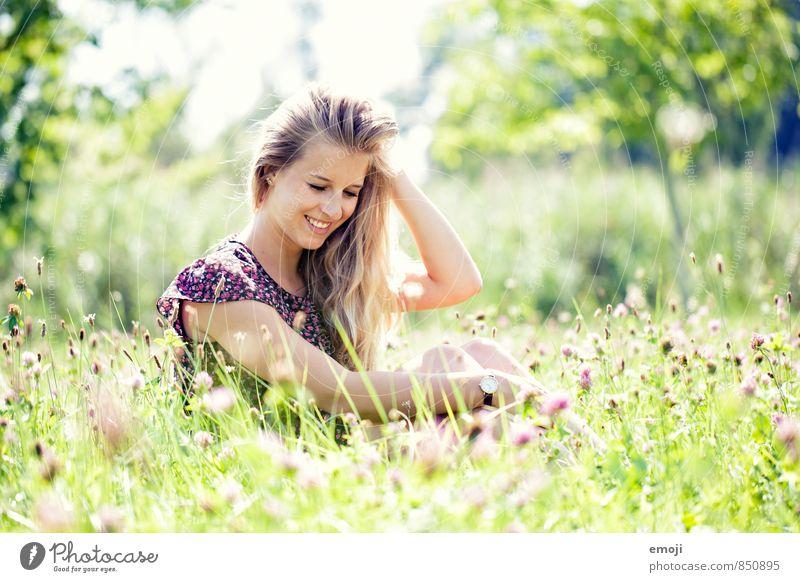 GREEN feminin Junge Frau Jugendliche 1 Mensch 18-30 Jahre Erwachsene Umwelt Natur Sommer Schönes Wetter Gras Garten Wiese Fröhlichkeit Glück schön natürlich