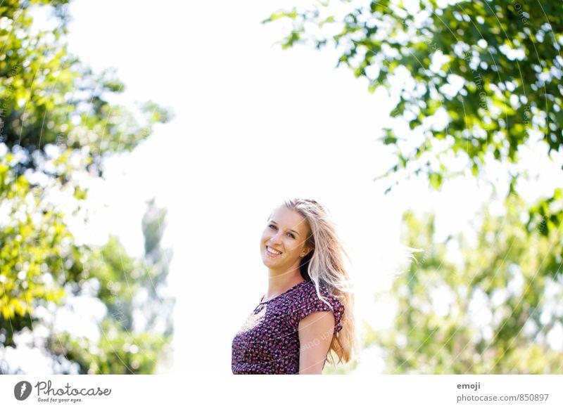 bright feminin Junge Frau Jugendliche 1 Mensch 18-30 Jahre Erwachsene Umwelt Natur Sommer Schönes Wetter Fröhlichkeit Glück schön natürlich positiv Lächeln