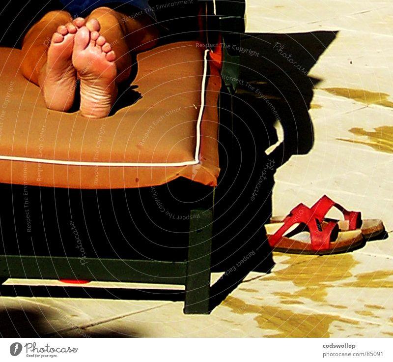 forty winks Sonnenbad schlafen Liegestuhl Zehen Siesta liegen Pause Frieden Freizeit & Hobby Sommer fusse poolside shatten laying fussabdrucke sunbathe nap