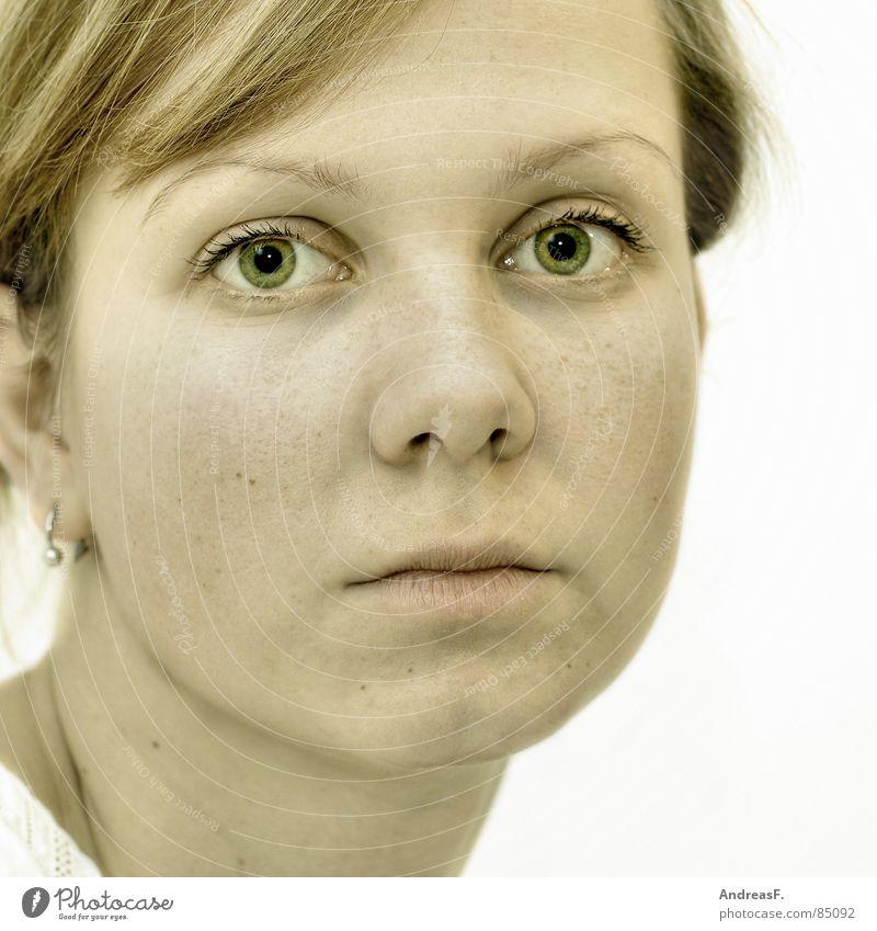 aber sonst gesund. bleich Porträt Frau feminin ernst Blick Pupille Auge Haut Gesicht Mund Nase Suche Traurigkeit kulleräugig erblassen Frauengesicht Frauenaugen