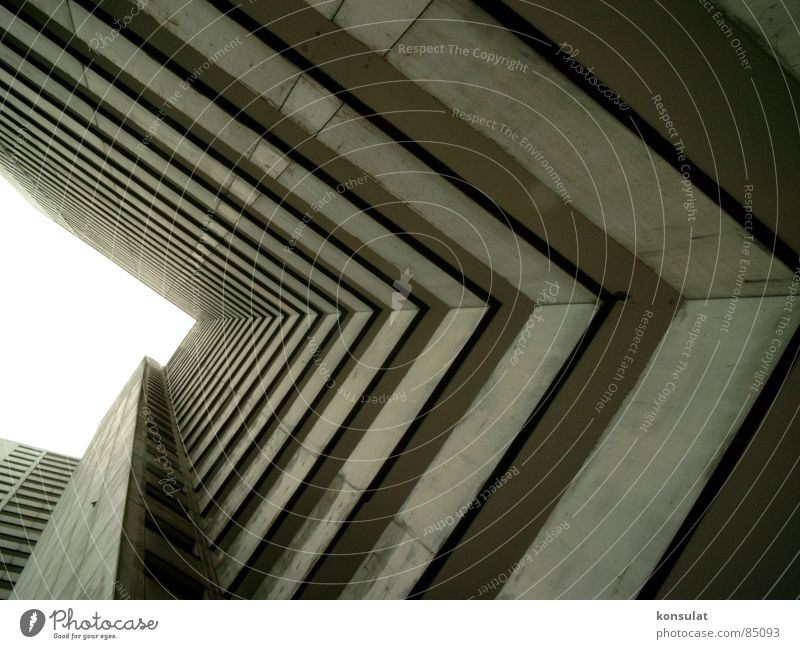 Hochhausschlucht Hochhaus Balkon Plattenbau Tunnelblick Wohnhochhaus