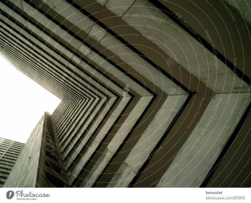 Hochhausschlucht Balkon Plattenbau Tunnelblick Wohnhochhaus