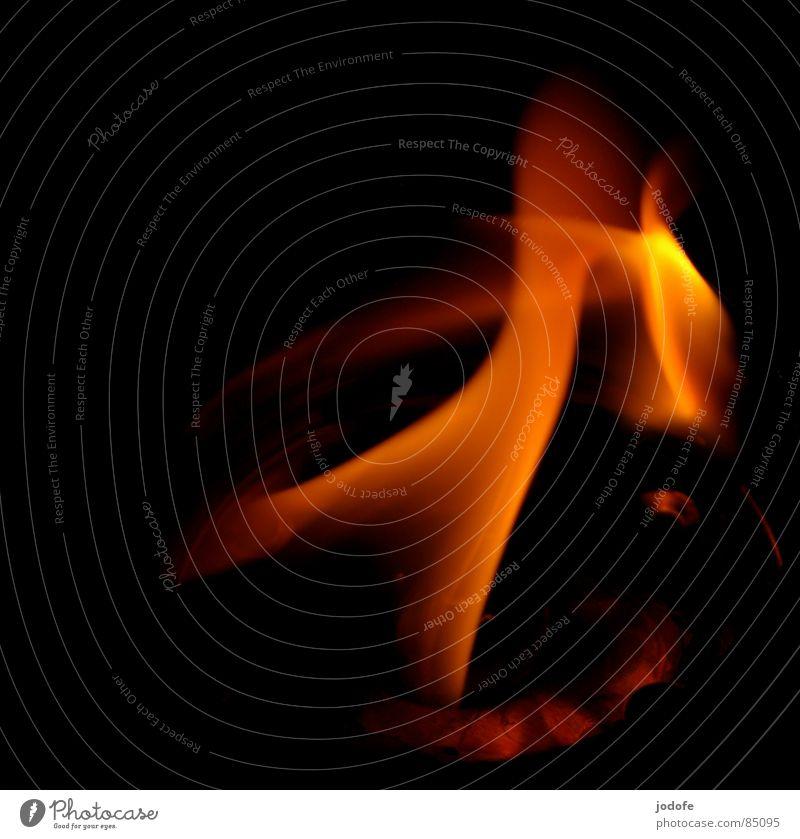 le feu rot dunkel schwarz gelb Wärme Beleuchtung Bewegung Holz Brand Feuer gemütlich Flamme Streichholz Zunge Kerzendocht anzünden