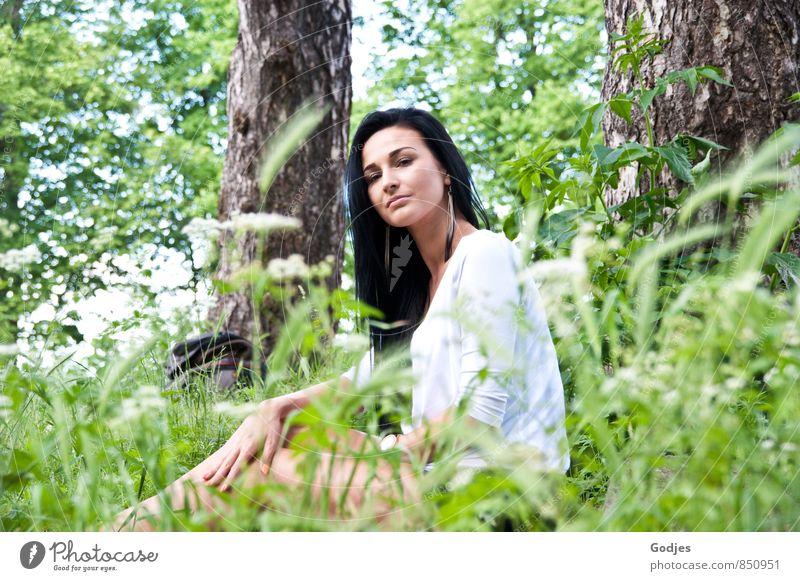Wiesenträumerei Mensch feminin Junge Frau Jugendliche Körper 18-30 Jahre Erwachsene schwarzhaarig langhaarig sitzen natürlich positiv braun grün weiß Stimmung