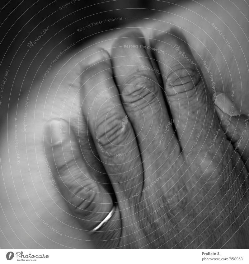 Oldie and goldie Mensch maskulin Männlicher Senior Mann Haut Hand Finger Schulter 1 45-60 Jahre Erwachsene Ring Gold berühren alt authentisch Erotik