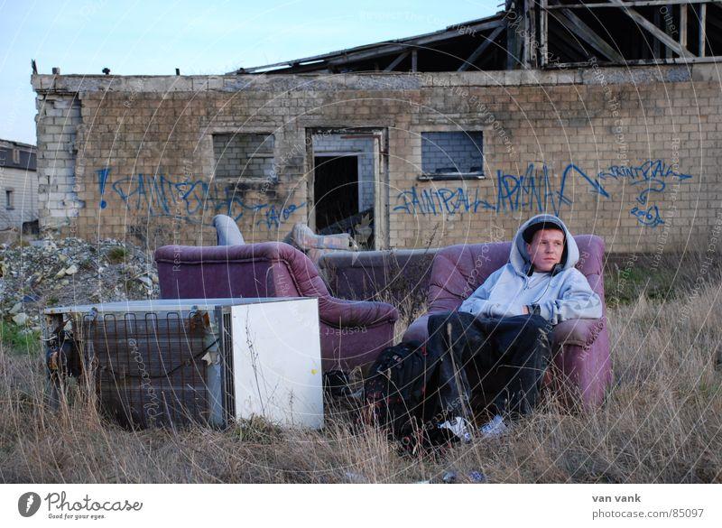 trashcore Jugendliche Wand Stein Mauer Denken Stuhl kaputt Sofa trashig Zerstörung Künstler Kühlschrank Gesang Sprechgesang Müllhalde In sich gekehrt