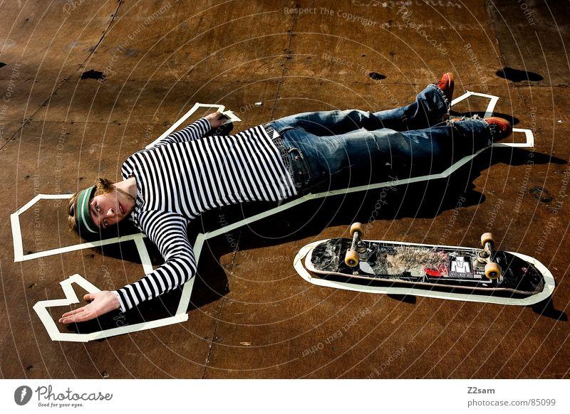 TATORT - PIPE 4c Mensch Mann Farbe Tod Holz Wärme Stil Beleuchtung liegen Bodenbelag Physik Skateboarding Barriere Holzbrett gestreift lässig