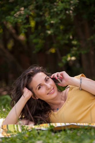Porträt einer schönen jungen Frau, die am Telefon spricht. Lifestyle Erholung Telekommunikation sprechen Handy Erwachsene Jugendliche 1 Mensch 18-30 Jahre Natur