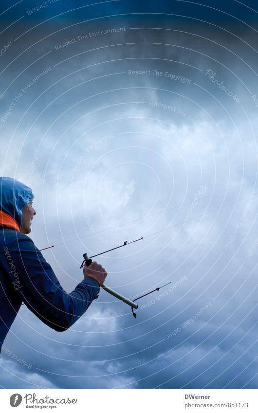 Drachen Mensch Himmel Natur Jugendliche blau Wolken 18-30 Jahre Junger Mann dunkel Umwelt Erwachsene Bewegung Sport fliegen maskulin Klima