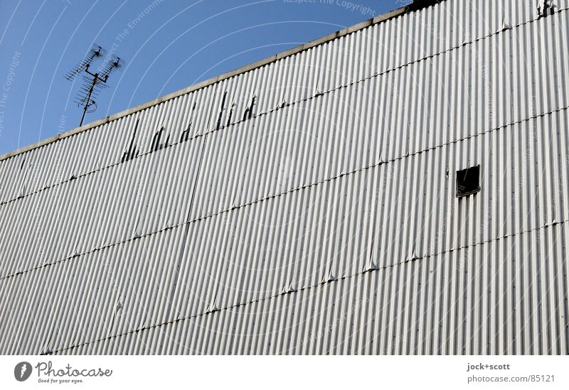 Feuerwiderstandsklasse F 90 nach DIN 4102-2 Stadthaus Fenster Antenne eckig einfach retro grau Schutz Nostalgie Ordnung Perspektive Brandmauer Lamelle DDR
