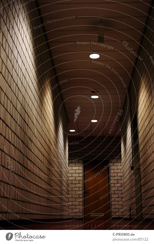 Schwerer Gang Wege & Pfade Tür Angst gefährlich Perspektive Schulgebäude Flur Griff Schulklasse Panik Schulunterricht Lichtstrahl Lichtschein Angsthase