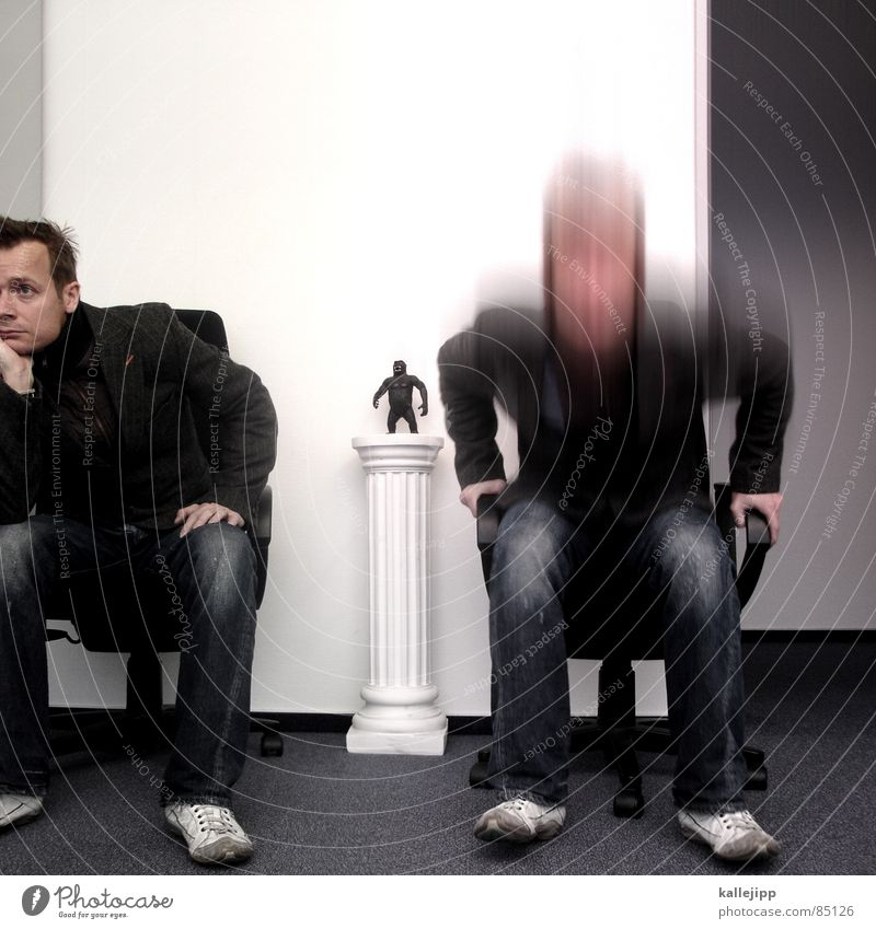 get up, stand up! Mensch Denken Arbeit & Erwerbstätigkeit sitzen Aktion Medien Kreativität Ladengeschäft Idee Säule Langeweile Selbstportrait Affen bequem