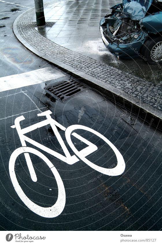 Augen auf im Straßenverkehr Wasser PKW Linie Regen Fahrrad nass Verkehr gefährlich kaputt Schaden Trauer Asphalt KFZ Bürgersteig Verkehrswege Straßenbelag