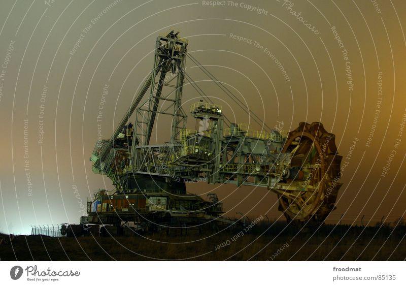 riese bei nacht Nacht Bagger Langzeitbelichtung Koloss Monster Schaufel Taschenlampe groß Macht Stahl dunkel Industrie braukohle long exposure Bergbau