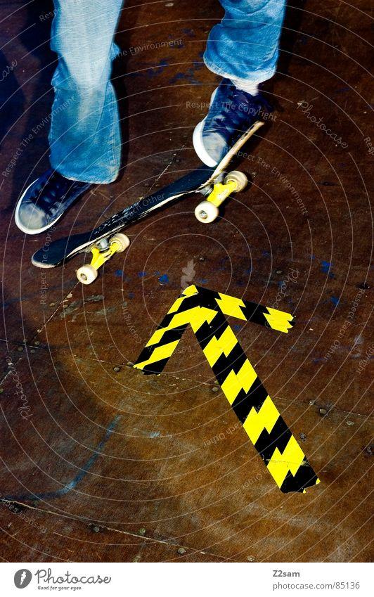 arrow - ollie 4c II Halfpipe gestreift Muster Holz Sport Skateboarding Stil lässig gelb Trick kleben Richtung Himmelsrichtung Schuhe springen hüpfen Aktion