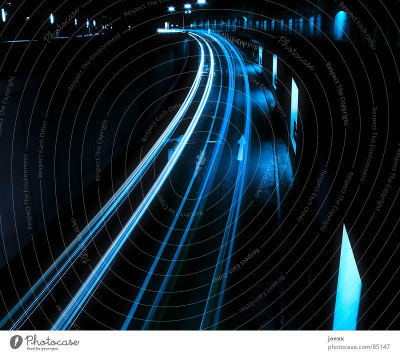 Leuchtspuren I Autobahn Fahrzeugbau Straße Straßenverkehr Biegung Bremslicht Fenster Fensterscheibe Hauptstraße Langzeitbelichtung Licht Nacht PKW Rücklicht
