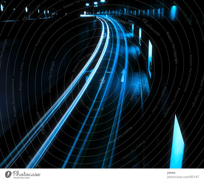 Leuchtspuren I Straße Fenster PKW Straßenverkehr Verkehr Autobahn Verkehrswege Kurve Fensterscheibe Straßenbelag Scheinwerfer Biegung Langzeitbelichtung